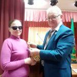 В.Н. Гаврилович вручает Д. Дорошко медаль К. Туровского и грамоту