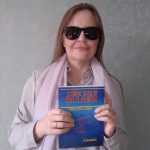 """Д. Дорошко держит в руках экземпляр """"Литеры"""""""